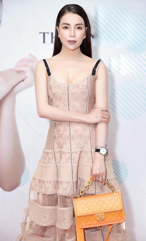 Ngày 4/3, Trà Ngọc Hằng có buổi giới thiệu một dòng mỹ phẩm Hàn do mình làm nhà phân phối tại Việt Nam. Bà mẹ một con xuất hiện rạng rỡ, gợi cảm trong chiếc váy voan.