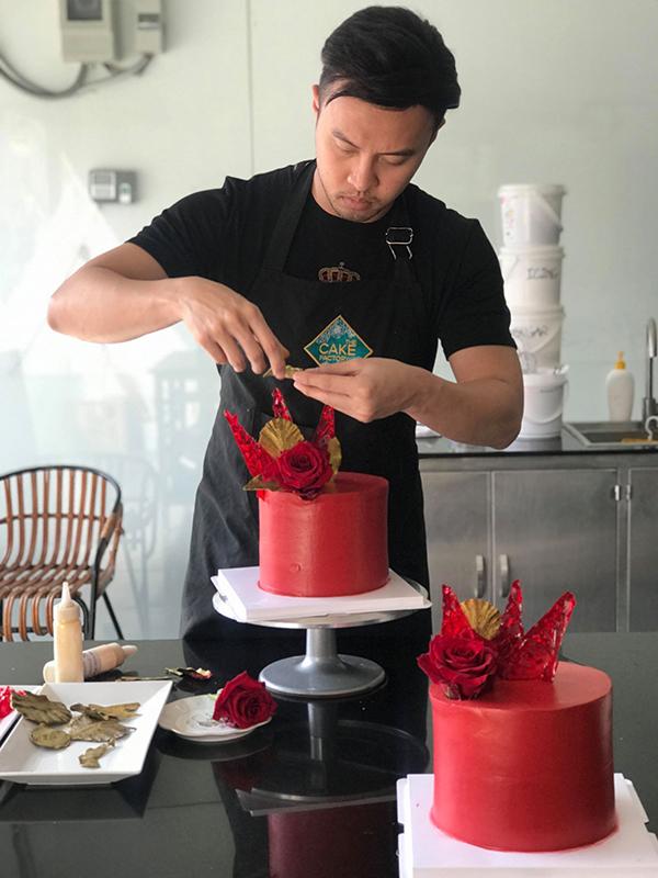 Shark Khoa đeo tạp dề cần mẫn làm bánh.