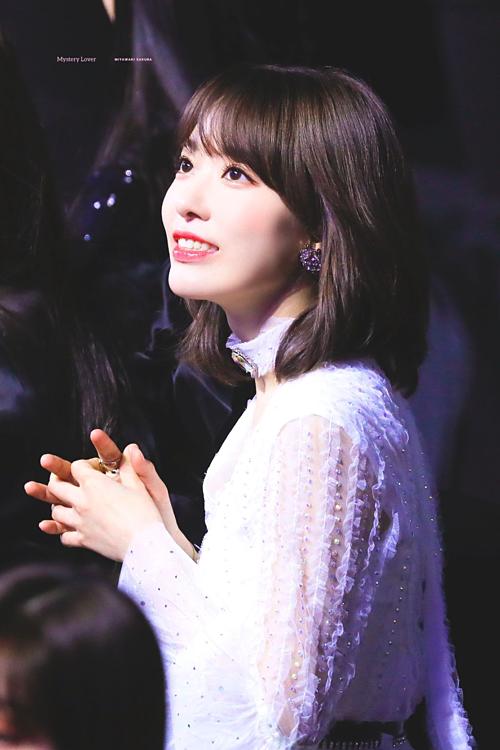 Mới đây, một topic có chủ đề Sakura đẹp điên rồ trên Pann thu hút sự chú ý của netizen Hàn Quốc. Thông thường, các idol người Nhật thường hiếm khi nhận được lời ca ngợi nhan sắc từ fan Hàn. Tuy nhiên với bé đào Sakura Miyakawi (IZONE), cô nàng rất được khán giả xứ kim chi ưu ái.