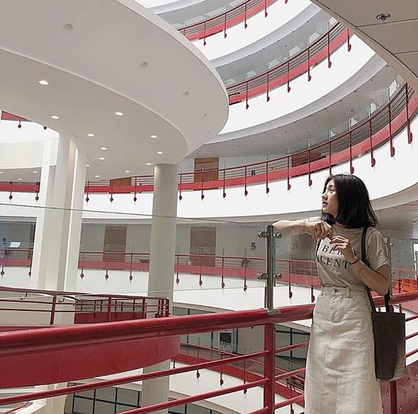 Một trong những ngôi trường nằm trong Top có điểm đầu vào cao nhất. Đh Kinh tế Quốc dân được đầu tư môi trường cũng như cơ sở vật chất rất hoành tráng. Nơi dân NEU ví như tòa nhà thế kỷ này với hai gam màu chủ đạo đỏ và trắng được mệnh danh là thánh địa sống ảo nhiều nhất.