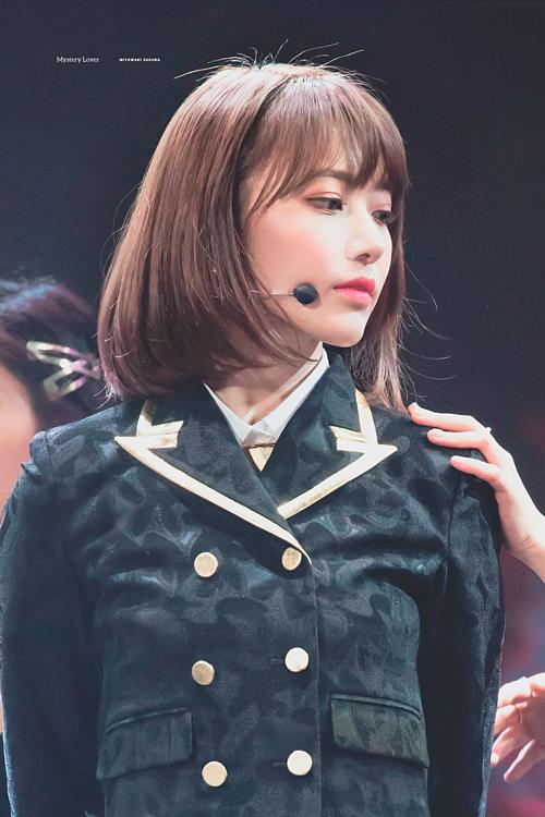 Sakura sinh năm 1998, là một trong những thành viên nổi tiếng nhất IZONE, girlgroup bước ra từ chương trình sống còn Produce 48. Mặc dù Jang Won Young là center kiêm visual của nhóm, Sakura vẫn không hề kém nổi bật.