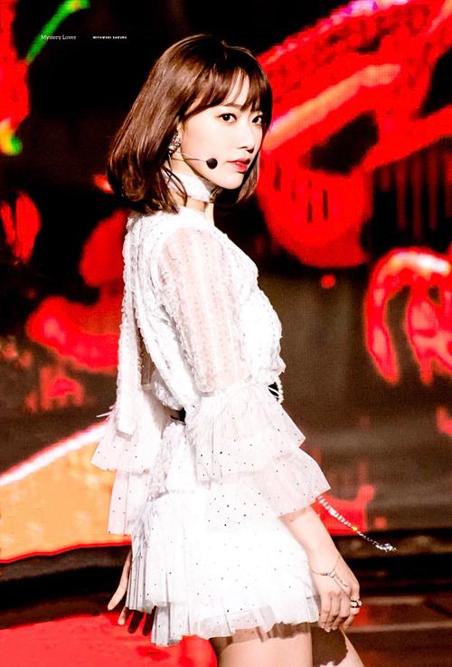 Nhờ ngoại hình xinh đẹp và biểu cảm sinh động trên sân khấu, Sakura vẫn được nhiều fan yêu mến dù tài năng, giọng hát còn gây nhiều tranh cãi.