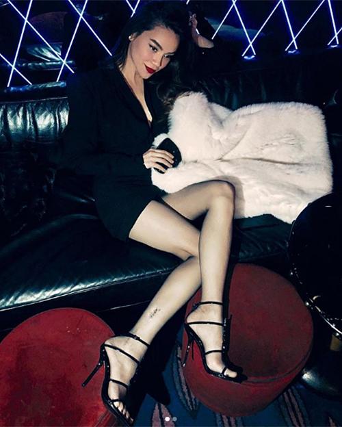 Chiếc quần tất mỏng được Hà Hồ khoe với người hâm mộ để chứng minh mức độ chịu chơi. Trông không khác là bao so với quần tất giá trăm nghìn thường dùng của các cô gái nhưng món phụ kiện này có giá lên tới 350 USD (hơn 8 triệu đồng).