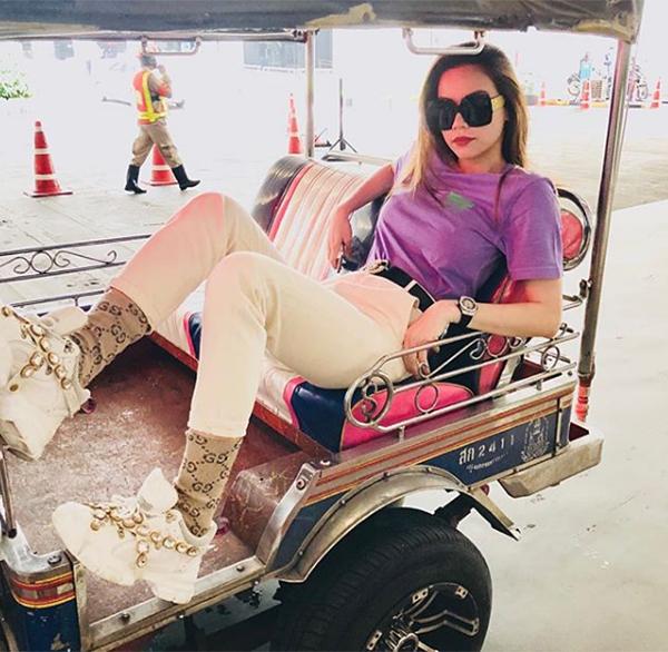 Yêu nữ hàng hiệu cũng từng bỏ ra khoảng 2,7 triệu đồng để sắm đôi tất chân cotton của Gucci nhằm kết hợp hoàn hảo với cả set đồ của hãng.