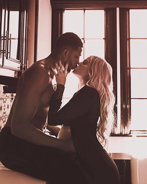 Mối quan hệ của Tristan Thompson vàKhloe Kardashian trở thành tâm điểm chú ý khi hai người tan vỡ vì Thompson lừa dối Khloe để ngoại hình với bạn thân Kylie Jenner, Jordyn Woods. Bình luận về nụ hôn của cặp đôi trong bức ảnh mà Khloe đăng lên Instagram tháng 4 năm ngoái, James nhận xét: Nụ hôn này báo hiệu những tín hiệu phức tạp từ Khloe, pha trộn giữa sự đáng yêu, phục tùng, nhưng cũng có sự kiểm soát đối với Thompson.
