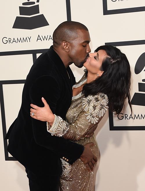 Cuộc hôn nhân của Kanye West vàKim Kardashian vẫn rất hạnh phúc khi họ sắp chào đón đứa con thứ tư. Nói về mộtnụ hôn trên thảm đỏ năm 2015 của vợ chồng Kim, chuyên gia nhận xét: Cách Kanye đặt tay lên người Kim giống như cử chỉ khoe khoang về đời sống tình dục của họ, hơn là một sự gợi cảm trung thực. Kanye rất thích khoảnh khoắc này, anh ấy nghiêng người về phía trước, nhưng Kim lựa chọn mỉm cười thay vì khóa môi. Cô ấy giữ cánh tay chồng để tạo sự cân bằng, mặc dù nụ cười cho thấy cô vẫn vui vẻ khi phải tạo dáng hôn nhautrước ống kính phóng viên.