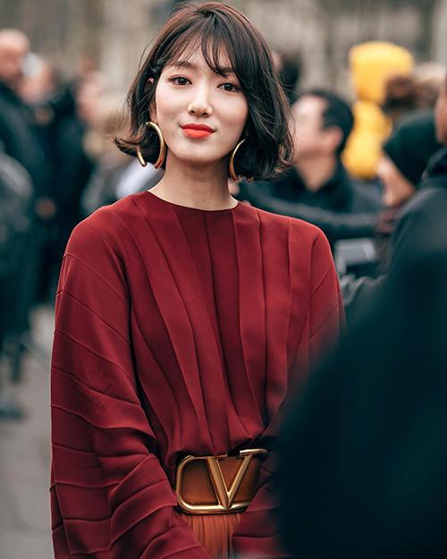 Tái xuất tại show Valentino ở Paris Fashion Week, Park Shin Hye gây chú ý nhờ diện mạo ấn tượng. Nhiều lời khen ngợi dành cho kiểu tóc ngắn xoăn bồng bềnh vừa trẻ trung lại vừa sang chảnh của nữ diễn viên. Tóc uốn cụp vào mặt giúp cô che bớt phần má bầu bĩnh, tăng thêm độ nữ tính.