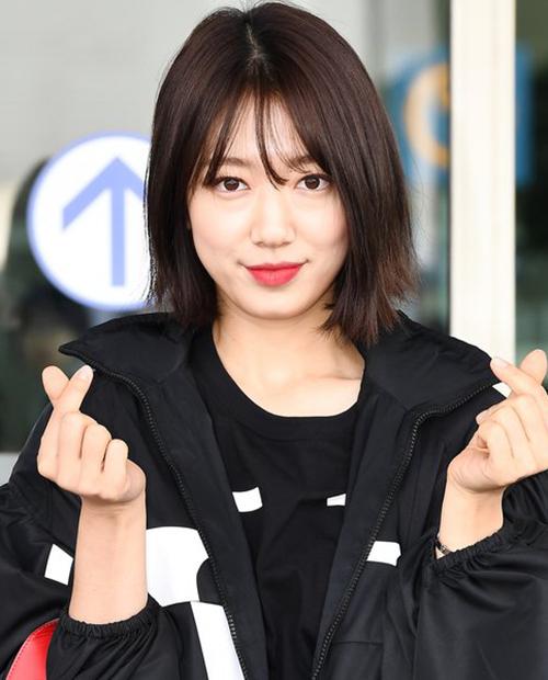 Tuy nhiên trước đó ở sân bay, Park Shin Hye lại có vẻ ngoài khác khác biệt. Vẫn là kiểu tóc ngắn nhưng khi không có bàn tay chuyên gia tút tát, mái tóc của cô nàng trông không quá ấn tượng, thậm chí còn khá lởm chởm.