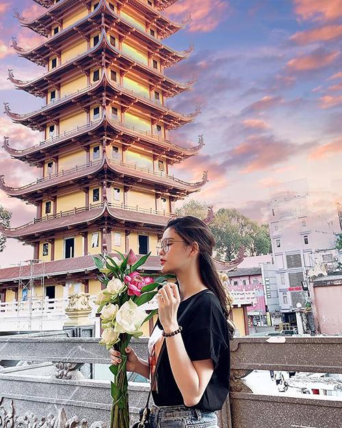 Trương Quỳnh Anh đẹp mơ màng lúc đi chùa.