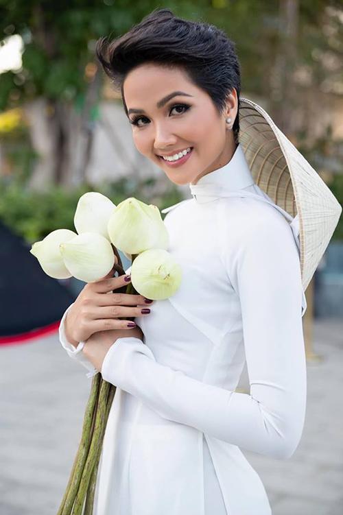 HHen Niê diện áo dài trắng đọ vẻ tinh khôi với hoa sen.