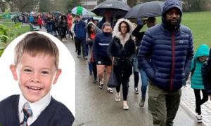 5.000 người xếp hàng trong mưa muốn hiến tế bào gốc cho cậu bé ung thư