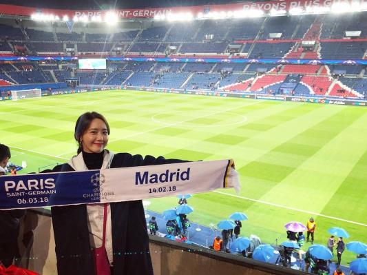 Yoon Ah cũng từng khoe ảnh ở sân vận động The Parc des Princes.
