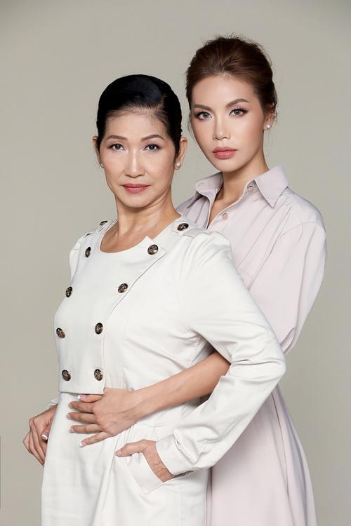 Bỏ qua vẻ cá tính, sắc lạnh trong loạt ảnh thời trang thường thấy, Minh Tú trở thành cô con gái út nhẹ nhàng, hạnh phúc bên mẹ.