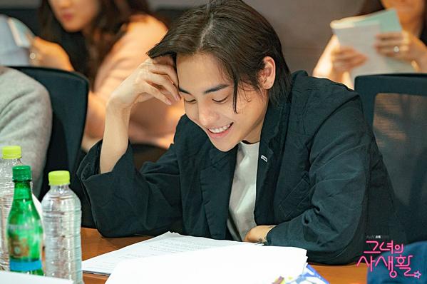 ...và One (Jung Jae Won) gia nhập hội trai đẹp trong phim.