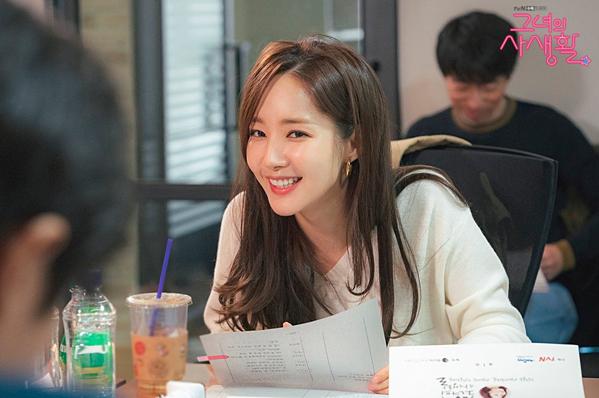 Park Min Young ăn mặc giản dị, trang điểm nhẹ nhàng trong buổi đọc kịch bản.