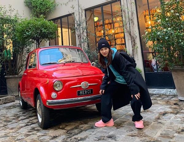 Dara nhí nhố pose hình bên xế hộp nhỏ xinh ở Paris.