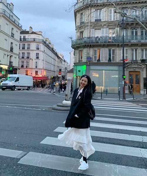 Jennie diện đồ Chanel sành điệu tung tăng dạo chơi Paris.