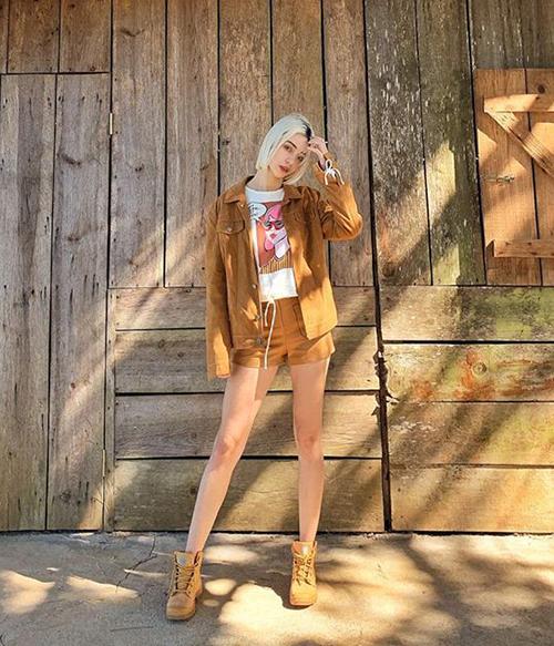 Tông màu nâu da bò rất phù hợp với vẻ đẹp Tây của MLee. Quần shorts siêu ngắn chứng minh cô nàng có dáng chuẩn như người mẫu.