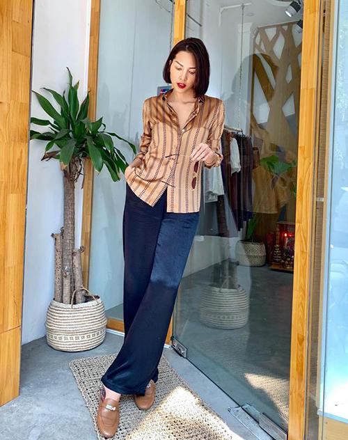 Minh Triệu gần như trung thành với cách diện sơ mi mở cúc hững hờ kết hợp quần ống suông theo tinh thần unisex khi ra phố.