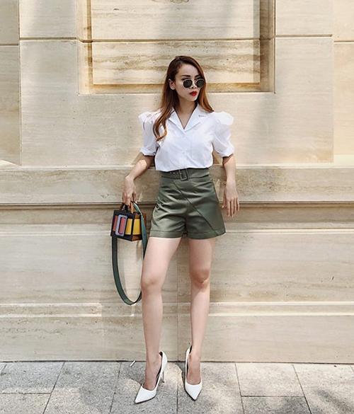 Sơ mi trắng cùng quần shorts màu khaki trông đơn giản nhưng cũng đủ để Yến Trang khoe đẳng cấp.