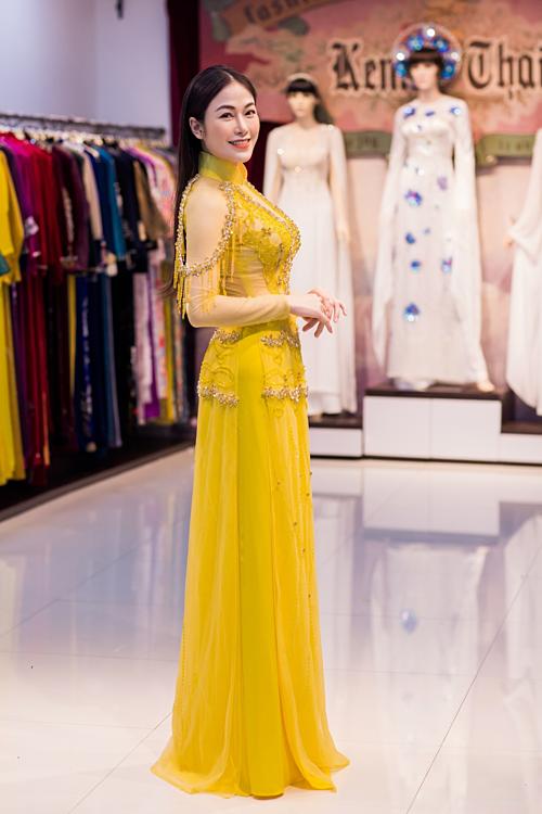 Mẫu áo dài vàng nổi bật được Tuyết Nga lựa chọn