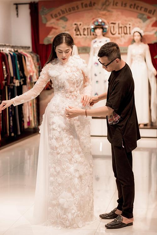 NTK Kenny Thái giúp Tuyết Nga chuẩn bị trang phục.