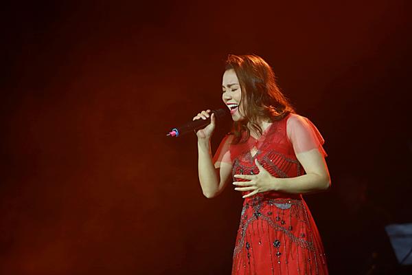 Mất giọng hai ngàytrước live concert Thế giới tuyệt vời, diễn ra tại Hà Nội tối 7/3, Ngọc Anh vẫn nỗ lực để mang đến cho khán giả Thủ đô những phần trình diễn tràn đầy cảm xúc.
