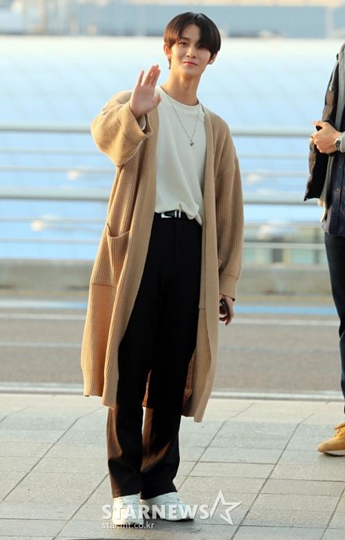 Fan lo lắng vì Bae Jin Young quá gầy gò, như bơi trong trang phục khi ra sân bay.