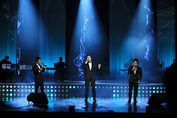 Bên cạnh Ngọc Anh, đêm nhạc Thế giới tuyệt vời còn có sự tham gia của nhiều nghệ sĩ. Trong hình là bộ ba Trọng Tấn - Đăng Dương - Việt Hoàn. Cả ba cùng hòa giọng trong ca khúc Mama.