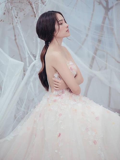 Duyên Sara che vòng một hững hờ với chiếc váy quây gợi cảm.
