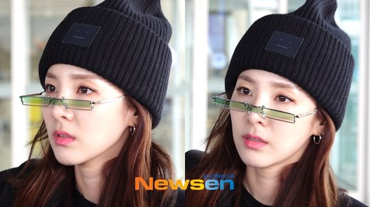 Dara thích thử nghiệm những item thời trang độc giả. Nữ ca sĩ đang đeo cặp kính của gentle monster có giá không hề rẻ