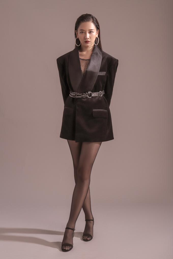 <p> Áo vest với mốt giấu quần giúp cô khoe đôi chân thon dài một cách triệt để.</p>