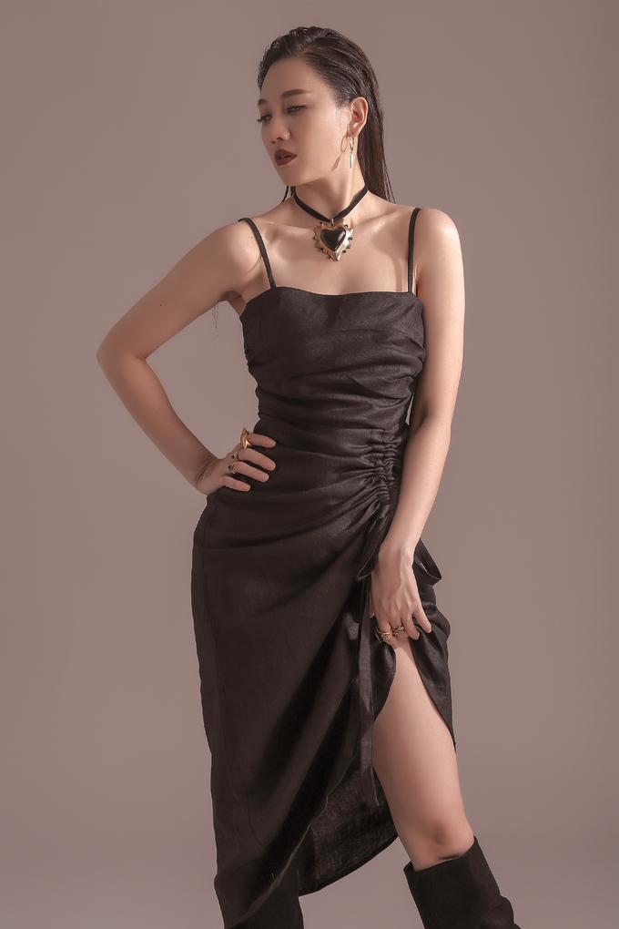 <p> Phong cách all black được Hari Won lên đồ cực ngọt. Chiếc váy hai dây phom dáng basic, thigh high boots kéo dài đôi chân và tô điểm bằng những món phụ kiện để tạo nên vẻ ngoài cá tính, huyền bí.</p>