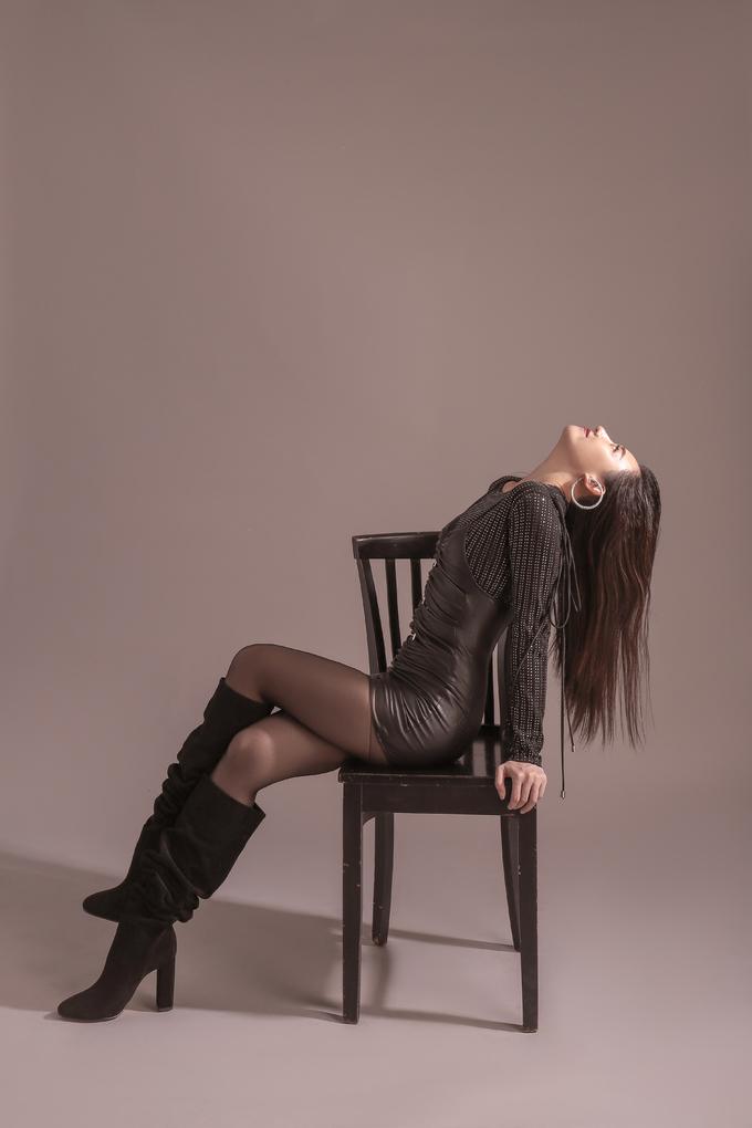 <p> Một chiếc váy da hai dây mix layer cùng áo thun cùng tông cũng tạo được sức hút.</p>