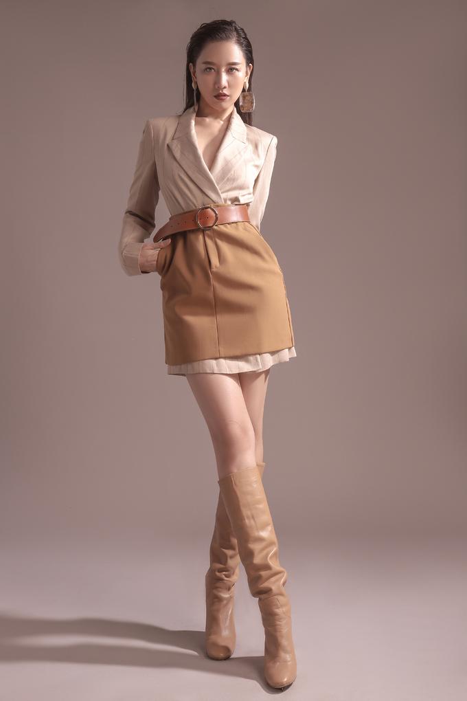 <p> Hai gam màu begie và nâu kaki từ blazer và chân váy mang lại sự năng động.</p>