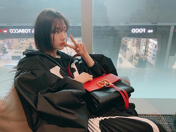 Park Shin Hye cũng chọn chiếc túi xách da bê sang chảnh làm bạn đồng hành trong chuyến công tác gần đây.