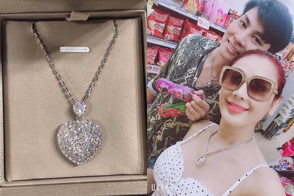 Lâm Khánh Chi hạnh phúc với món quà  là sợi dây chuyền hình tim do chồng Phi Hùng tặng. Cô cho biết, về chung một nhà được hơn một năm nhưng ông xã vẫn ngọt ngào, lãng mạn.