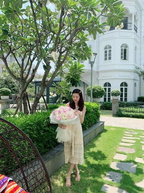 Nữ hoàng sắc đẹp Ngọc Duyên xúc động vì được chồng gửi tặng hoa từ phương xa. Dù đi công tác nhưng chồng không quên được ngày ý nghĩa nên khiến Ngọc Duyên bị xúc động.