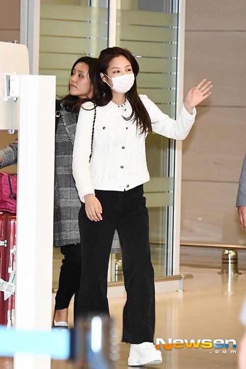 Trái ngược với vẻ sang chảnh ở show của Chanel, thành viên Black Pink lộ khuyết điểm chân ngắn khi trở về Hàn.