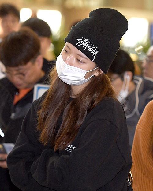 Jeong Yeon nối tóc dài, quyết tâm lột xác trong đợt comeback mới. Netizen nhận xét cô nàng để tóc dài cũng rất xinh đẹp.