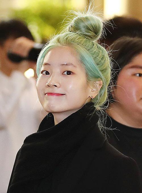 Sáng 8/3, Twice có mặt ở sân bay từ sớm. Mái tóc màu bạc hà của Da Hyun là tâm điểm chú ý. Twice thông báo comeback vào tháng 4 và cô nàng nhuộm tóc chuẩn bị quay MV mới.