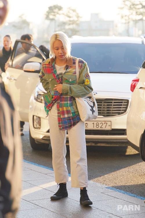 Em út Chae Young nổi bật với mái tóc bạchkim. Thành viên Twice có hình tượng girl crush, có gu thời trang riêng khá độc đáo.