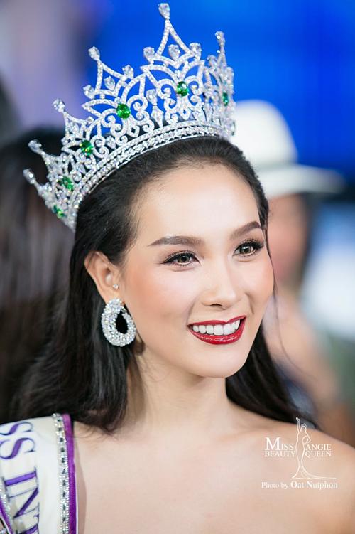 Jiratchaya Sirimongkolnawin đăng quang Hoa hậu Chuyển giới Quốc tế 2017. Mỹ nhân Thái Lan hiện là gương mặt quảng cáo quen thuộc tại Thái Lan và tạo được nhiều dấu ấn trong vai trò nhà thiết kế.