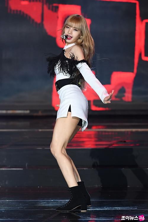 Cô nàng có vòng eo con kiến cùng đôi chân vừa thon vừa dài tít tắp. Mỗi lần xuất hiện trên sân khấu, ngoại hình hoàn hảo khiến Lisa trở nên nổi bật. Những động tác vũ đạo cũng nhờ đó mà cuốn hút hơn.