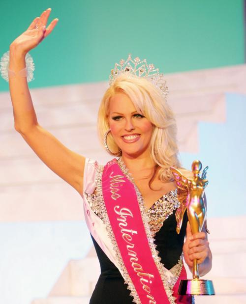 Mimi Mark - người đẹp Mỹ, đăng quang Hoa hậu Chuyển giới Quốc tế năm 2005. Cô chuyển giới từ năm 21 tuổi. Hiện, cô là một người mẫu tự do tại Chicago, Mỹ.