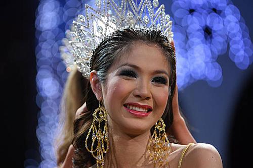 Panyrat Kitapatpakon hay Nong Film đăng quang Hoa hậu Chuyển giới Quốc tế 2007. Hiện tại, người đẹp Thái Lan đang làm tiếp viên hàng không và là người mẫu đại diện cho một trung tâm phẫu thuật thẩm mỹ ở xứ chùa Vàng.