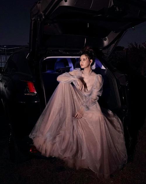 Trương Quỳnh Anh lộng lẫy trong bộ váy công chúa nhưng có cách tạo dáng rất men-lì.