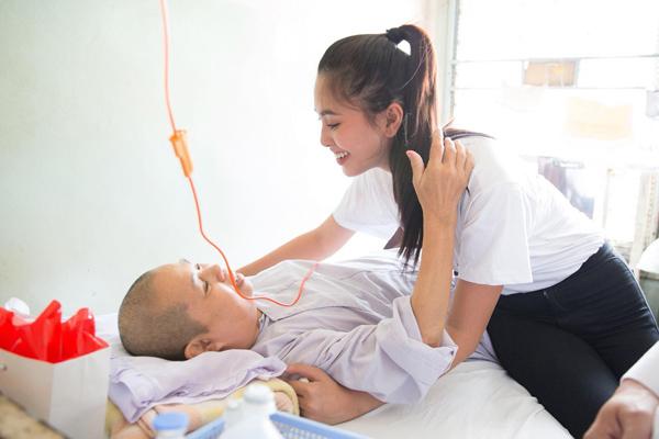 Trần Tiểu Vy vẫn xinh đẹp dù ăn mặc giản dị đi làm từ thiện.