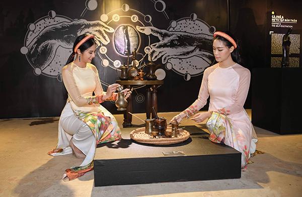 Trong khi đó Ngọc Hân và Thùy Dung thích thú khám phá những vật dụng được trưng bày tại khu triển lãm.