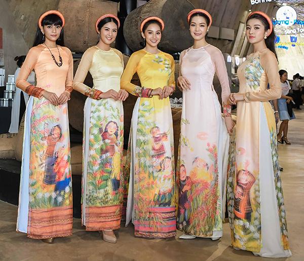 Các người đẹp đọ vẻ dịu dàng với nhau trong cùng một khung hình. Đây đều là những thiết kế do Hoa hậu thực hiện.